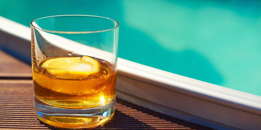 Saufen - Drink an einem Pool
